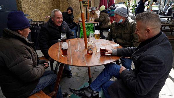 Corona-Lockerungen England öffnet Geschäfte und Biergärten In England ist ab heute nach monatelangem Lockdown wieder viel mehr möglich: Geschäfte dürfen öffnen, ebenso Sportstudios und die Außenbereiche der Gastronomie. Viele Briten nutzten die wiedergewonnenen Freiheiten.