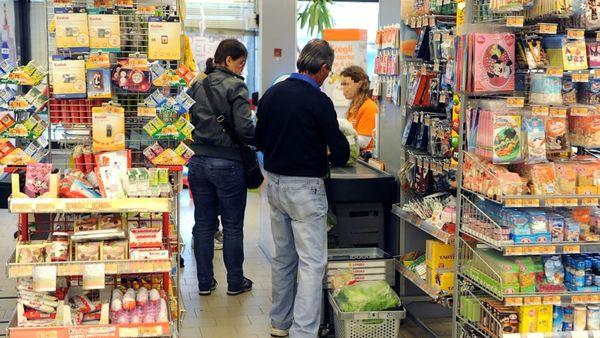 È positivo al covid ma esce di casa e va a fare la spesa al supermercato