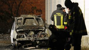 Il cadavere di una donna trovato in un'auto divorata dalle fiamme