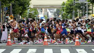 Il maratoneta che fa cadere le borracce dal tavolo per non farle prendere agli altri