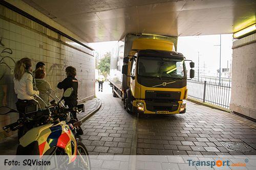 Vrachtwagen rijdt zich vast in fietstunnel [+foto]