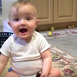 Бебиња си играле и татко им кивнал: Нивната реакција станала хит на Интернет!