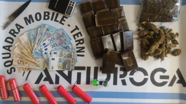 Due chili e mezzo di hashish, marijuana e anfetamine: pusher ternano in manette