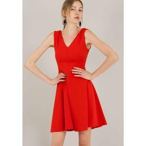 Κοντό φόρεμα με λαιμόκοψη V.
