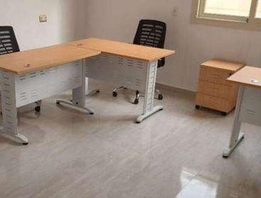 مساحة مكتبية مفروشة بالنرجس