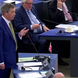 """ВИДЕО: Фараж """"и плесна"""" во лицe на Меркел"""