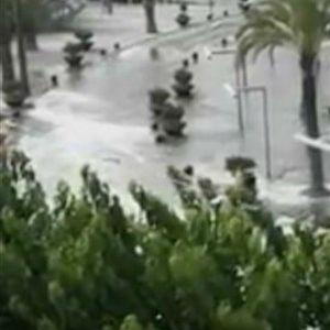 (ВИДЕО) Цунами на познатото летувалиште - потопени плажи и тераси, туристите во паника