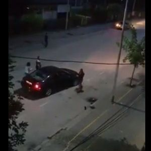 ВИДЕО: Со хебла и шрафцигер демолираше возило и го натепа сопственикот на возилото!