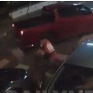 Снимено брутално киднапирање на девојка сред улица: И го пресретнаа автомобилот, ја извлекоа и со неа го бришеа патосот