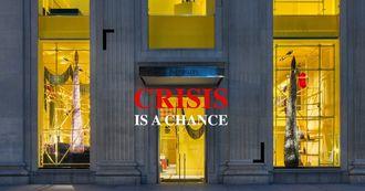 施工不關門的高招,Calvin Klein 麥迪遜大道旗艦店把鷹架、封鎖線當作裝置藝術繼續營業
