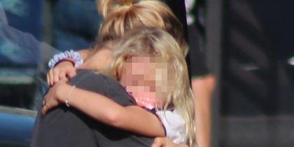 Η Βίκυ Καγιά παραλαμβάνει την κόρη της από το σχολικό και πέφτει στην αγκαλιά της
