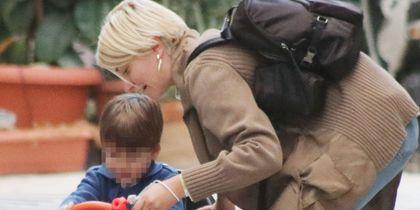 Η Σία Κοσιώνη με φθινοπωρινό outfit σε βόλτα με τον γιο της