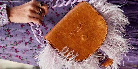 Αν δεν έχεις μια τσάντα με κρόσσια στα ράφια σου, μάλλον κάτι κάνεις λάθος φιλενάδα
