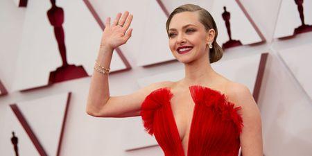 Κόκκινο & χρυσό: Δύο ήταν τα χρώματα που μονοπώλησαν το ενδιαφέρον μας στο red carpet των Oscars 2021