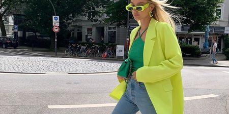 Το κίτρινο γίνεται το πρωταγωνιστικό χρώμα των επόμενων ημερών: 4 looks και 8 items που πρέπει να δεις