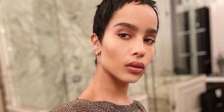 Zoë Kravitz: Αυτά είναι τα beauty προϊόντα που δεν αποχωρίζεται