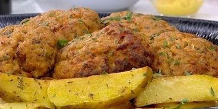 Μπιφτέκια κοτόπουλου με πατάτες φούρνου: Αυτή η συνταγή θυμίζει μαμά και Κυριακή