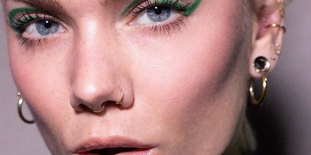 Color Power: 6 eyeliner σε έντονα χρώματα γιατί το μαύρο δεν είναι το μόνο που μπορεί να απογειώσει το βλέμμα σου