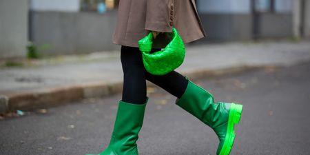 Τα μοναδικά παπούτσια που χρειάζεσαι τώρα είναι οι γαλότσες! 8 looks για να τις συνδυάσεις σούπερ