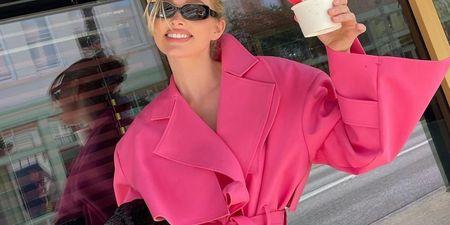 4 τρόποι να φορέσεις την καμπαρντίνα. Η Elsa Hosk μας βάζει τα γυαλιά