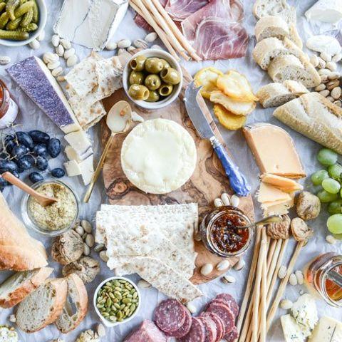 Πώς θα φτιάξεις το τέλειο πλατό τυριών για απολαυστικές βραδιές στο σπίτι
