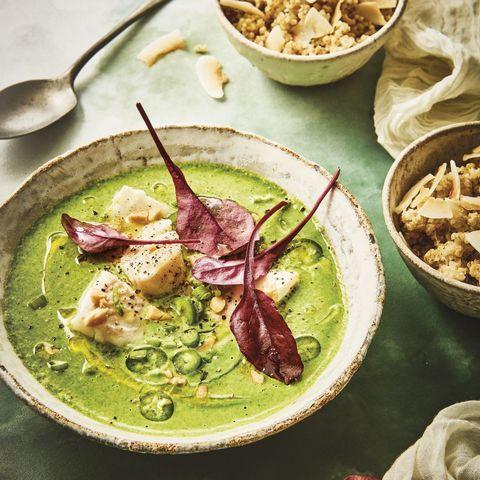 Μια δροσιστική σούπα βελουτέ με σπανάκι, ψάρι, φυστίκια, καρύδα και κινόα