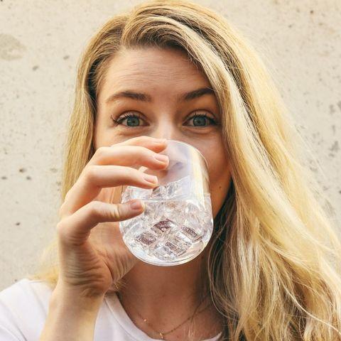 «Πόσο νερό πρέπει να πίνω καθημερινά»; Έχουμε την απάντηση στο πιο καίριο ερώτημα των ημερών