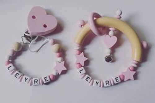 photo Wallpaper of Detalles Party baby-Pack Canastilla Bebé Sujetachupetes + Sonajero Personalizado (rosa)-rosa