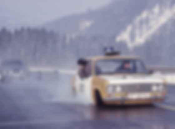 Aston Martіn DBS і ВАЗ-2103 «Жигулі» в бондіані. Фото: скан MGM