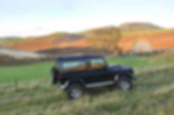 Land Rover Defender предыдущего поколения в естественной среде обитания. Фото: Сергей Суховский