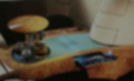 Салон традиционно отделан ореховым шпоном и кожей тонкой выделки. Фото: Bentley