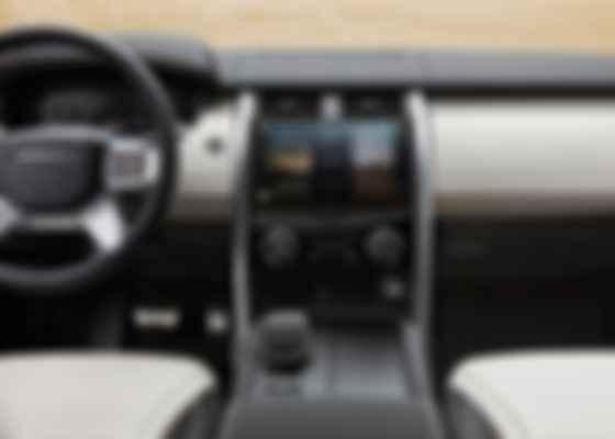Экран уникальной по своему функционалу мультимедийной системы Pivi Pro. Фото: Land Rover