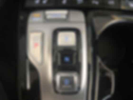 Более привычным джойстикам и шайбам дизайнеры Hyundai Tucson предпочли кнопочное переключение передач. Фото: Сергей Суховский