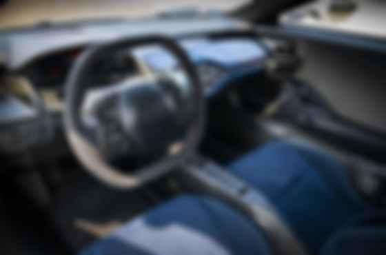 Из-за тесного кокпита кресло закреплено жестко, настроить можно только рулевую колонку. Фото: Ford
