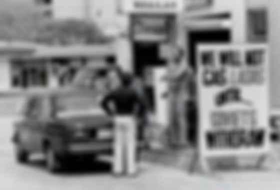 ВАЗ-2106 у штендера «Не обслуживаем Лады пока Советы не уйдут (из Афганистана)». Фото: Toronto News