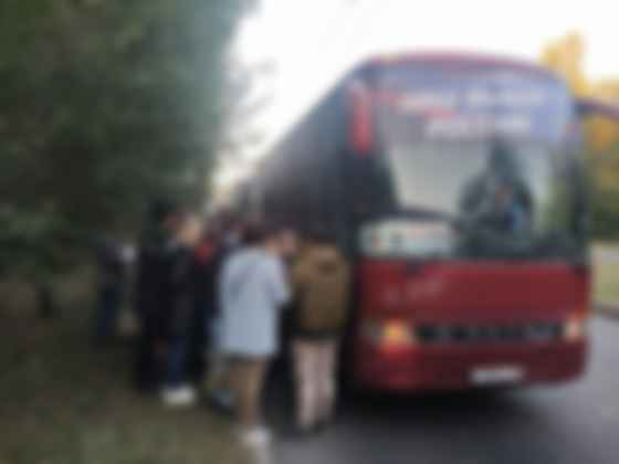 Жителей ОРДЛО автобусами везут голосовать в Россию. Фото: t.me/Khartsyzsk_ODDR