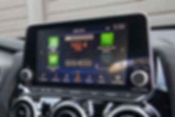 Як для суто молодіжної моделі в Nissan Juke забагато кнопок, клавіш і крутилок. Фото: Nissan