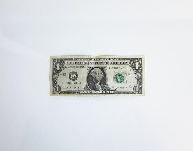 Доллар перестал быть первым в международных расчетах. Фото: unsplash / neonbrand