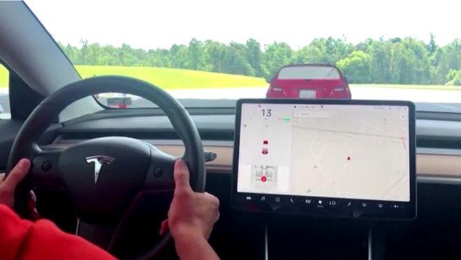 Автомобіль Tesla з автопілотом. Фото: Tesla