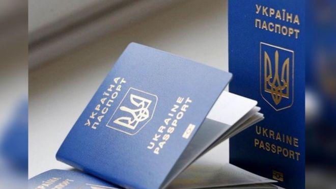 Украина должна отменить для своих граждан возможность иметь два действующих загранпаспорта. Фото: dengi.informator.ua