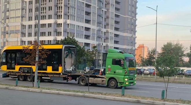 Новий трамвай везуть по Києву. Фото: Facebook/Транспорт Києва/Єгор Бондаренко