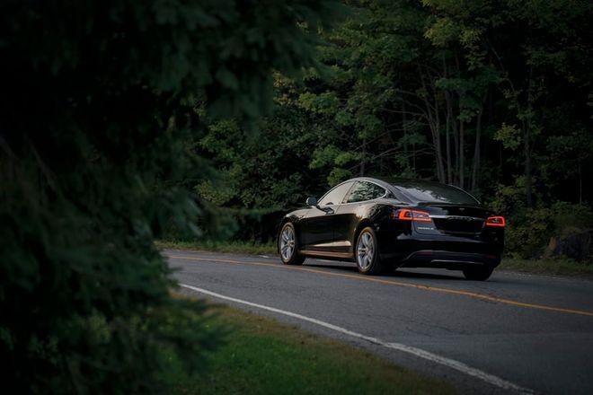 В США запустят магистраль для зарядки электромобилей на ходу. Фото: unsplash / Jp Valery