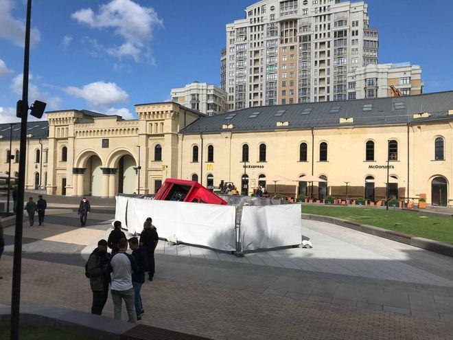 У Києві на Арсенальній площі в сухий фонтан провалилася вантажівка. Фото: Telegram-канал Віталія Кличка