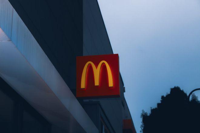 McDonald's у 2022 році почне продавати в Україні бургери McPlant з рослинного м'яса Фото: unsplash / Janet Ganbold