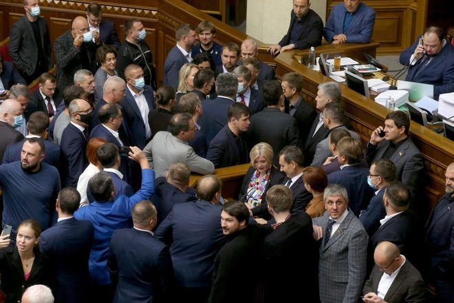 Блокирование трибуны Верховной Рады (фото: УНИАН)