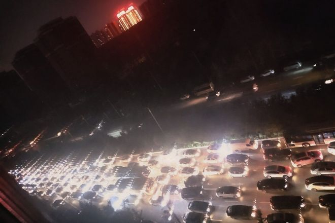 Пробки на дорогах Китая из-за отключения светофоров. Фото: Weibo